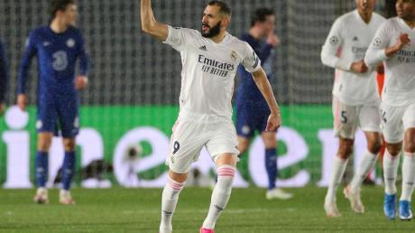 Karim Benzema (M) von Real Madrid feiert sein Tor gegen den FC Chelsea.