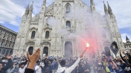 Inter-Fans feiern auf der Piazza Duomo vor dem Mailänder Dom.