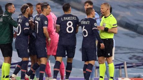 Stand nicht nur nach dem Platzverweis gegen Angel di Maria (11) beim PSG-Aus bei Manchester City im Fokus: Schiedsrichter Bjorn Kuipers (r).