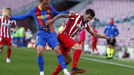 Atleticos Stefan Savic (r) und Barcelonas Antoine Griezmann liefern sich ein körperbetontes Duell um den Ball.