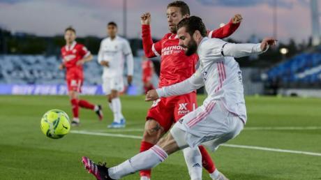 Real Madrids Nacho (r) spielt den Ball an Sevillas heranstürmenden Papu Gomez vorbei.