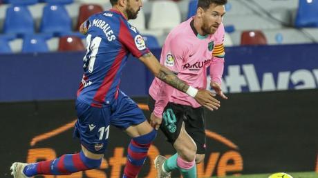 Levantes Jose Luis Morales (l) im Duell gegen Barcelonas Lionel Messi.