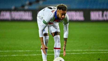 Neymar von Paris Saint-Germain legt sich den Ball vor seinem Elfmeterschuss zurecht.