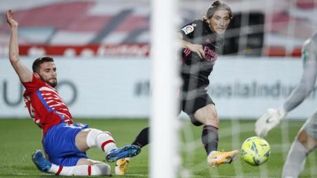 Fußball:Primera Division, Spanien, 36. Spieltag, FC Granada - Real Madrid, Los Carmenes Stadion. Luka Modric (M.) von Real Madrid erzielt den Führungstreffer.