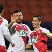 Wissam Ben Yedder (r), Stürmer von AS Monaco, freut sich mit seinen Mannschaftskameraden nach seinem Treffer.