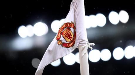 Eine Eckfahne mit dem Logo von Manchester United.