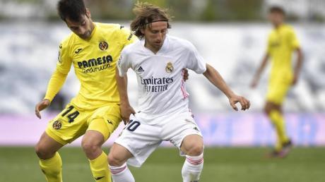 Luka Modric (r) spielt seit Sommer 2012 für Real Madrid.