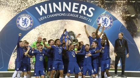 Chelseas Mannschaftskapitän Cesar Azpilicueta stemmt die Trophäe im Kreise seiner Mannschaftskollegen in die Höhe.
