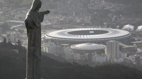 Blick auf das Maracana-Stadion hinter der Christus-Erlöser-Statue.