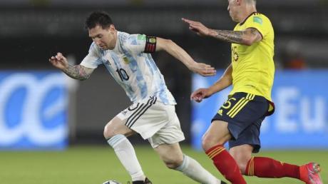 Kolumbiens Matheus Uribe jagt Argentiniens Lionel Messi. Nach einer deutlichen Führung hat die argentinische Nationalmannschaft für die Fußball-Weltmeisterschaft 2022 in Katar gegen Kolumbien nur ein Unentschieden herausgeholt.
