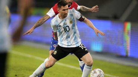 Argentiniens Lionel Messi (vorne) und Chiles Eugenio Mena kämpfen um den Ball.