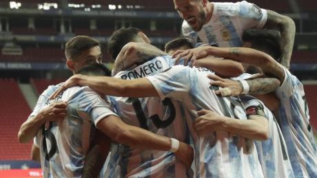 Spieler von Argentinien feiern den Führungstreffer ihrer Mannschaft gegen Uruguay.