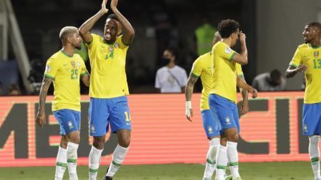 Brasiliens Eder Militao (2l) feiert den Führungstreffer gegen Ecuador.
