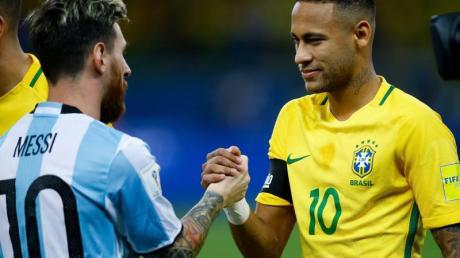 Das Foto zeigt Lionel Messi und Neymar nach dem WM-Qualifikationsspiel zwischen Argentinien und Brasilien im November 2016.
