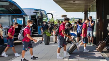 Die Spieler des FC Barcelona bei der Ankunft in Donaueschingen.