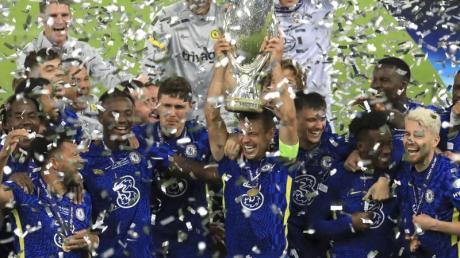 Chelsea-Spieler feiern mit dem Pokal nach dem Sieg.