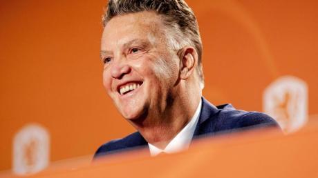 Louis van Gaal lächelt während seiner Vorstellung als Nationaltrainer der niederländischen Nationalmannschaft.