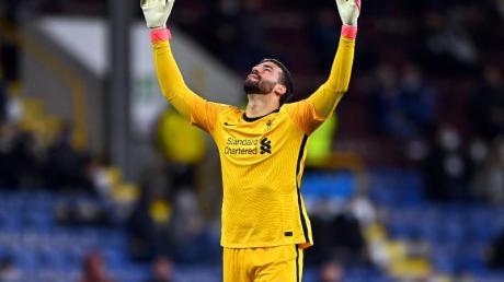 Auch Liverpools Keeper Alisson könnte von der Sperre betroffen sein.