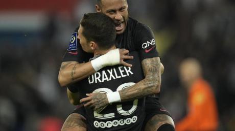 Julian Draxler und Neymar bejubeln das 2:0.