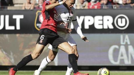 Paris Kylian Mbappe (r) kämpft mit Rennes Nayef Aguerd um den Ball.