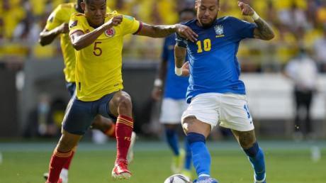 Superstar Neymar (l) musste sich mit Brasilien mit einem Punkt gegen Wilmar Barrios und Kolumbien zufrieden geben.