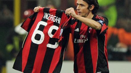 Nach seinem ersten Tor hält Filippo Inzaghi  ein Trikot mit der Zahl 69 hoch.