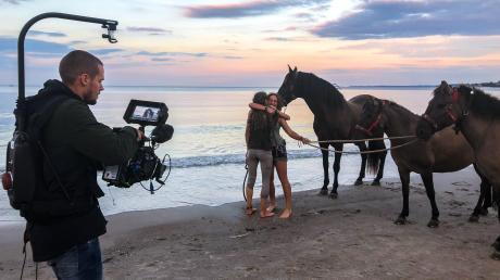 Simone Hage (rechts) hat einen Wanderritt mit einer Freundin und drei Pferden an die Nordsee-Küste nach Dänemark unternommen. Der Trip wurde verfilmt und kommt am 6. Juni ins Kino.
