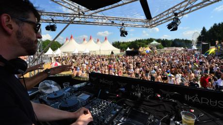 Festivals sind für viele die wichtigsten Termine im ganzen Sommer. Wer will, kann ab jetzt fast an jedem Wochenende woanders Live-Musik hören und feiern. In Bayern gibt es dabei alles, von ganz klein bis hin zum Ikarus Festival in Memmingerberg. Dort werden ab dem 7. Juni 40000 Zuschauer erwartet.