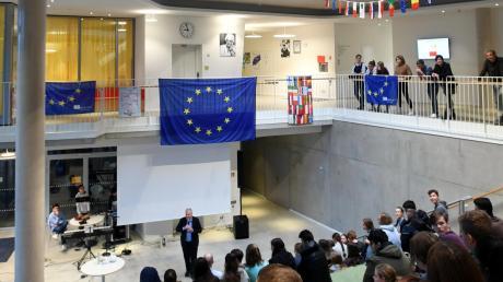 An der Mittelschule in Gersthofen haben die Schüler mit dem Europaabgeordneten Markus Ferber über die Situation in Europa gesprochen.