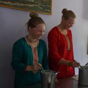 Die 19-Jährige (links) arbeitete in Indien in einem Waisenhaus und war dort für verschiedene Aufgaben zuständig – darunter auch die Essensverteilung.
