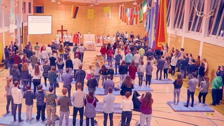 Beim Prayerfestival Anfang Dezember in Günzburg war Eva Fock als Ministrantin dabei. Die Organisation Jugend 2000 Augsburg machte die Sporthalle des Maria-Ward-Gymnasiums zur Kirche.