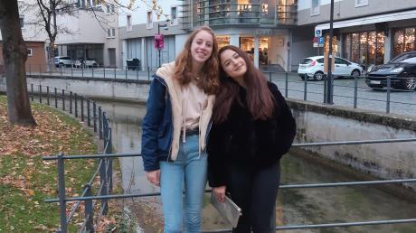 """Colline aus Belgien (links) und Elena aus Italien haben mit der Entsendeorganisation """"Experiment e.V."""" einen dreimonatigen Auslandsaufenthalt bei einer Gastfamilie in Neu-Ulm verbracht. Unser Bild zeigt sie bei einem Ausflug in Ulm."""