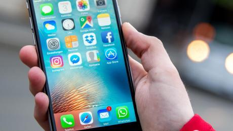 Unsere k!ar.texterin Emma Schaller will es wissen: Welche Apps braucht ein Smartphone wirklich und welche belegen nur wertvollen Speicherplatz. Auf ihre Lieblingsfunktionen möchte die 18-Jährige auf keinen Fall verzichten.