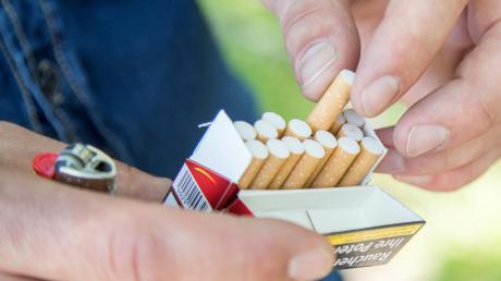 In Stettenhofen rauchten Mitarbeiter eines Supermarktes gemeinsam und mussten eine Strafe zahlen.