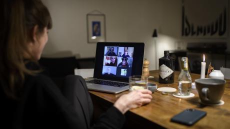 Während der Corona-Krise bleiben viele junge Menschen über Videokonferenzen und soziale Medien mit Freunden in Kontakt.   Symbolfoto: Anthony Anex, dpa