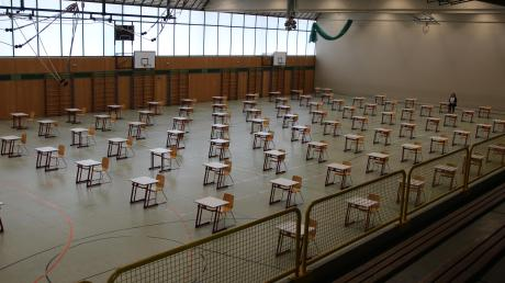 So sah es zu Beginn der Abiturprüfungen im vergangenen Jahr in der Aichacher Vierfachturnhalle aus. Auch heuer legen die Abiturienten hier ihre Prüfungen ab.