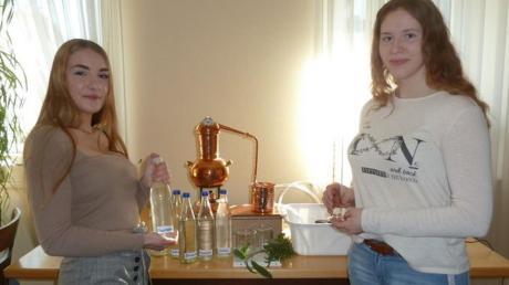 Lea Hüttl (l.) und Kerstin Hausmann haben Kräuteressenzen hergestellt und die Eigenschaften der Destillate an schimmligem Toastbrot getestet.