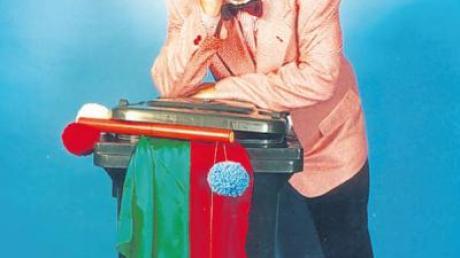 Helmut Schwank ist der liebenswürdige Tollpatsch, der die Zaubergeister zu bändigen sucht.