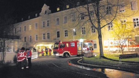 Bei einem Schwelbrand im Ursberger Krankenhaus St. Camillus konnte ein 69-jähriger Patient nur noch tot geborgen werden. Die Feuerwehren waren vor Ort mit starken Kräften im Einsatz. Das Gebäude ist extrem stark verrußt und im Bereich des Südtraktes unbewohnbar. Die Brandursache ist noch unklar.