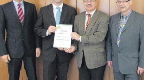 Die Firma Kardex Produktion Deutschland GmbH (Neuburg/Kammel) wurde als Ökoprofit-Betrieb ausgezeichnet. Über die Auszeichnung freuen sich (von links): Dennis Kubik (Werksleiter), Frank Wenger (Leiter Qualität, Umwelt und Sicherheit), Landrat Hubert Hafner, Franz Bonk (Sicherheitskraft).
