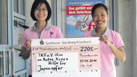 Der Thailändische Kulturverein Ulm hat in Ursberg 2205 Euro für Japan gesammelt. Stolz darüber sind die Vereinsvorsitzende Pitiya Buntz und Kassierin Chutimon Schwarz aus Thannhausen.