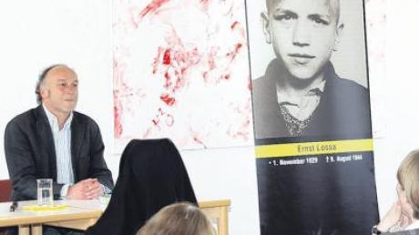 Der aus Oxenbronn stammende Robert Domes bei seiner Buchvorstellung an der Fachschule für Heilerziehungspflege Ursberg.