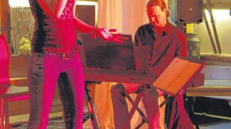 Erfahrungen, Stimmungen und Gefühle, umgesetzt in lyrische Texte und zupackende Musik, das boten Sängerin Regine Sauter und Pianist Reinhold Ohmayer bei ihrem Auftritt im Schwabenstadel Balzhausen.