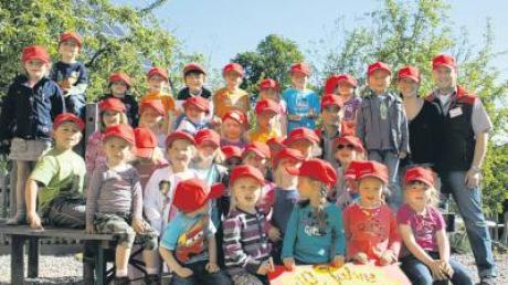 Rote Mützen für den Kindergartengeburtstag erhielten die Kindergartenkinder von einem Baumarkt. Sie wollen sie fürs Fest noch bemalen.