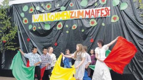 Die Tanz-AG des SFZ Ursberg und Renate Schwarz beim Maitanz mit Schwung und bunten Tüchern.