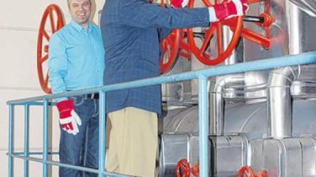 Der Leiter des Energiezentrums Thomas Roth (links) und Hans-Dieter Srownal, kaufmännischer Vorstand des Dominikus-Ringeisen-Werkes, drehen die letzten Schieber der zentralen Dampfversorgung im Dominikus-Ringeisen-Werk ab.