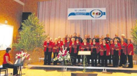 Die Chorgemeinschaft Waldstetten bei ihrem Sommerkonzert in der LCV-Vereinshalle mit ihrer Chorleiterin Elisabeth Schneider (ganz rechts) und Pianistin Katrin Lipowsky-Mader.