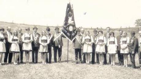 Im Jahr 1970 weihte der Schützenverein Ebershausen-Seifertshofen seine neue Fahne ein. Die erste Fahne war während des Zweiten Weltkriegs abhandengekommen.