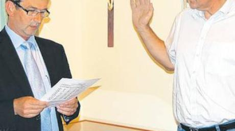 Vereidigung von Franz Graf (rechts) durch Bürgermeister Gerhard Glogger (links).