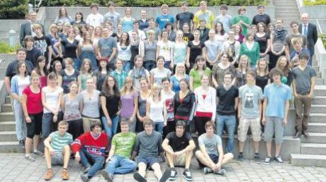 Die erfolgreichen Abiturienten des Ringeisen-Gymnasiums mit (links oben) Oberstufenkoordinator Andreas Eberl und Schulleiter Georg Gerhardt (rechts oben).
